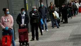 Gente esperando a hacer compra en mitad de la pandemia.