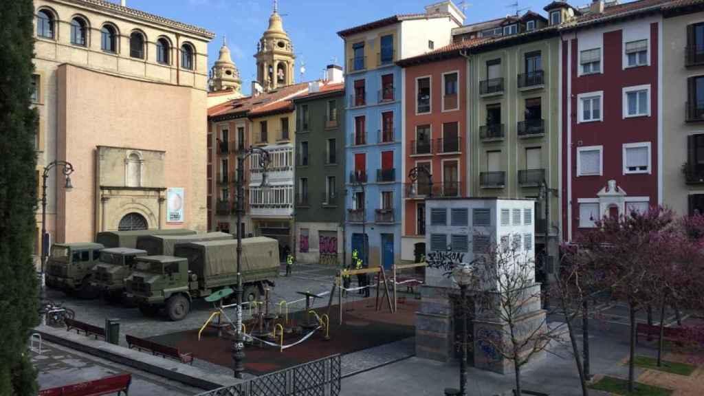 Distintas unidades del Ejército, este viernes en las calles de Pamplona.