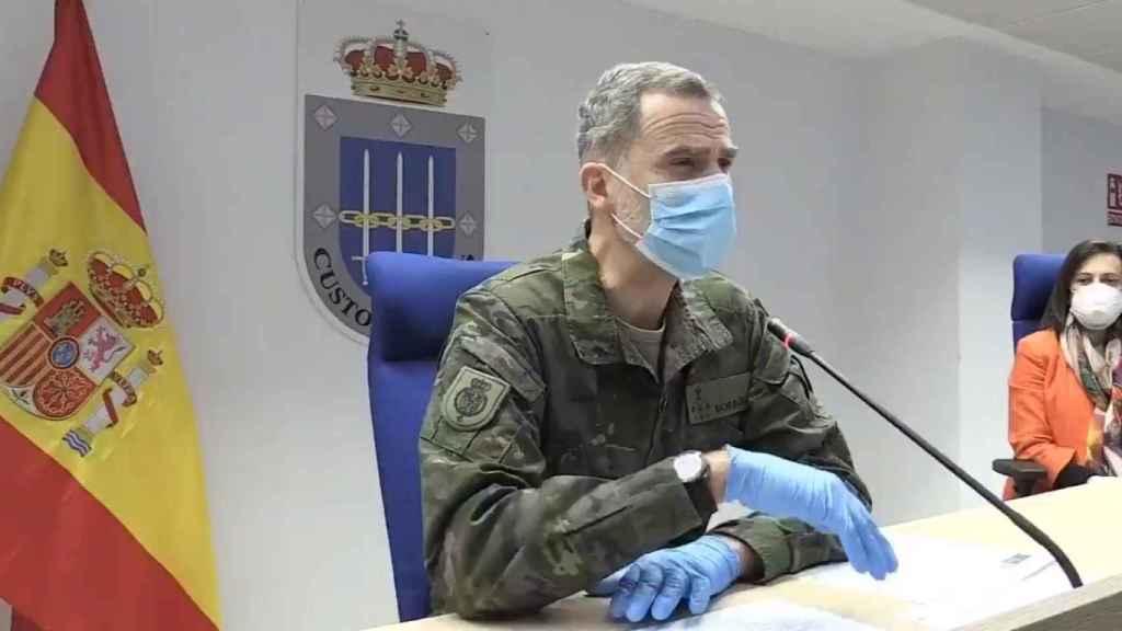 El Rey junto a la ministra de Defensa, Margarita Robles.