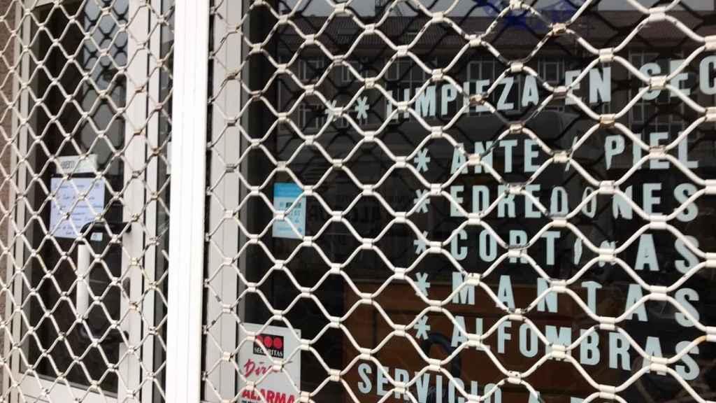 imagen de una tintorería cerrada en Galicia.