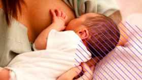 Una mujer amamantando a su bebé.