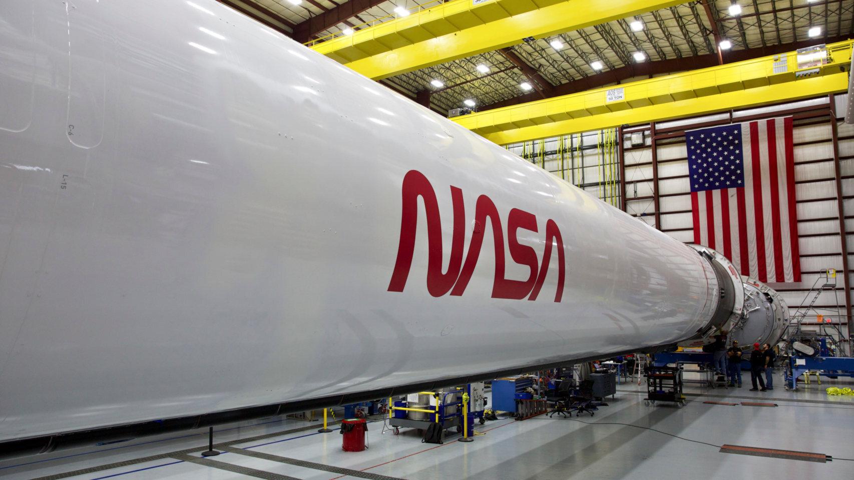 Cohete Falcon 9 con el logotipo antiguo de la NASA