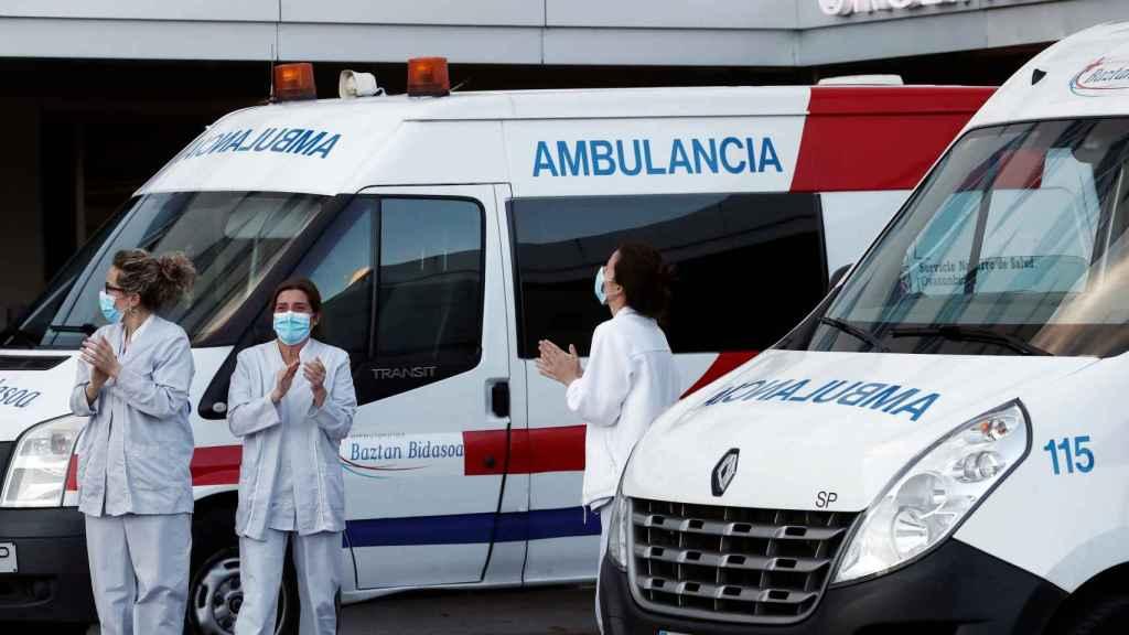 Sanitarios durante el aplauso de cada día a las ocho de la tarde.
