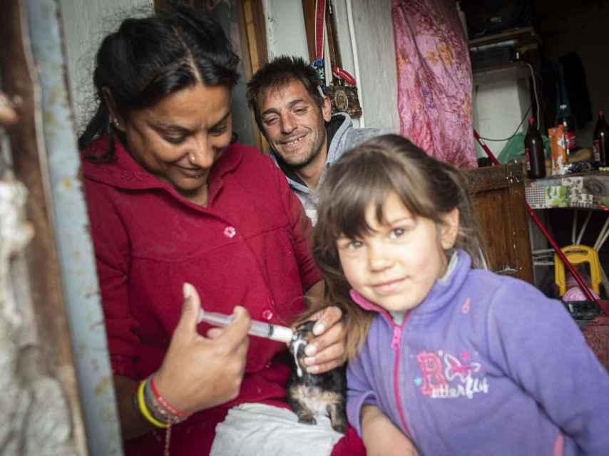 Pablo y Guadalupe son sordos. Ambos cuidan de la hija de él, fruto de una relación anterior con una mujer con acondroplasia.