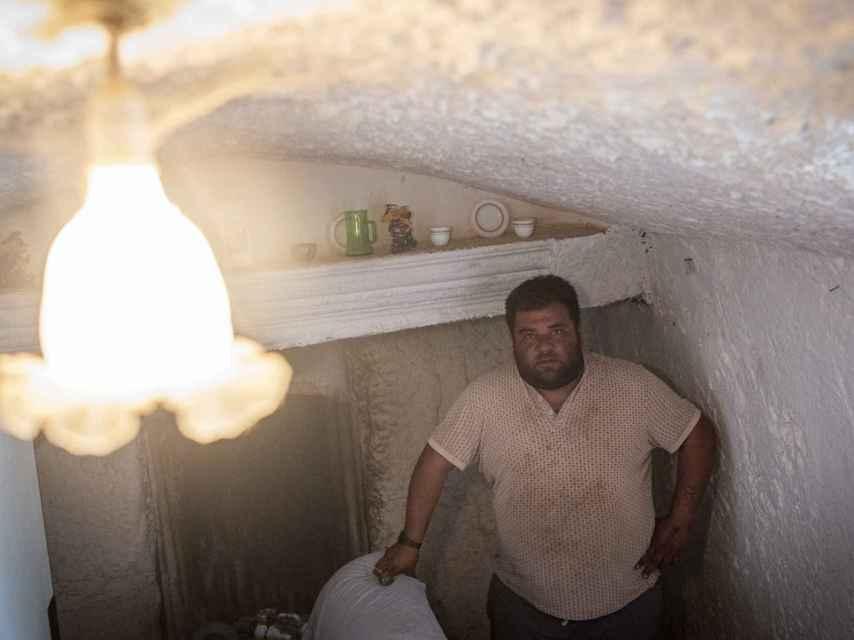 Indalecio, de 27 años, vive junto a su padre en una casa cueva en Huéscar (Granada).