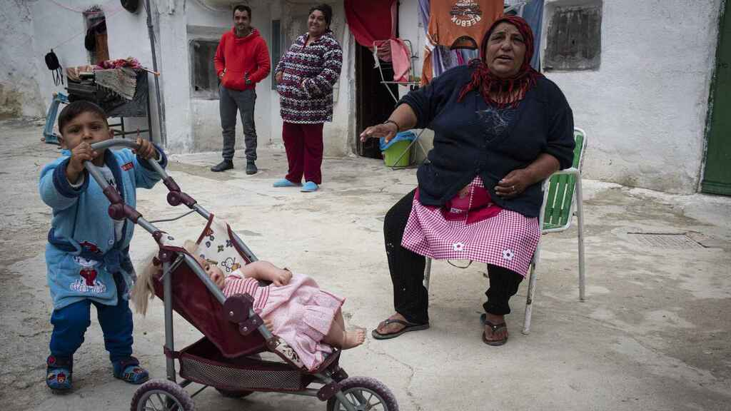 Parte de la familia del patriarca del barrio de San Isidro en Huéscar (Granada), este pasado jueves.