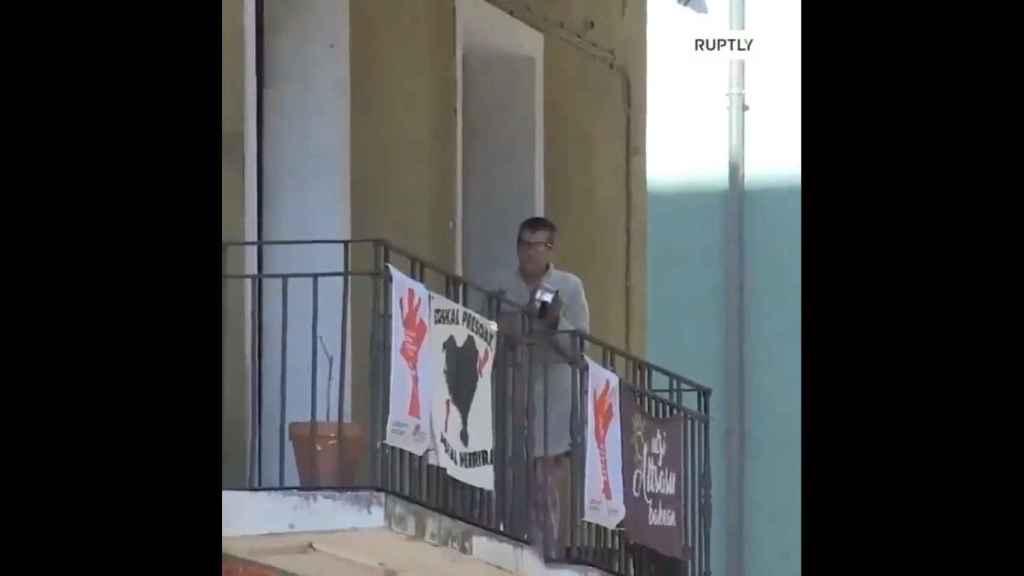 Un vecino de Pamplona participando en la cacerolada contra los militares, ayer.