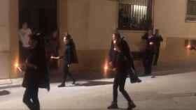 Nueve mujeres desfilando por Semana Santa este viernes en Porcuna, Jaén.