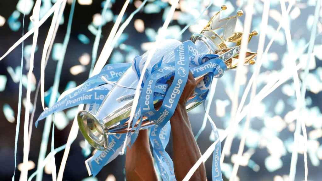 El Manchester City celebra el triunfo en la Premier League levantando el título