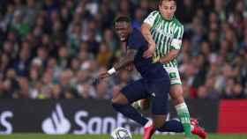 Andrés Guardado, frenando a Vinicius Junior durante un partido entre el Real Betis y el Real Madrid.