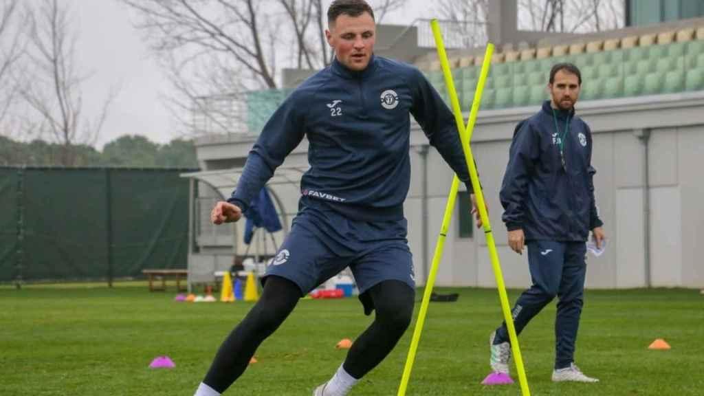Fran Balaguer, pendiente de uno de sus jugadores durante un entrenamiento con el Dinamo Brest