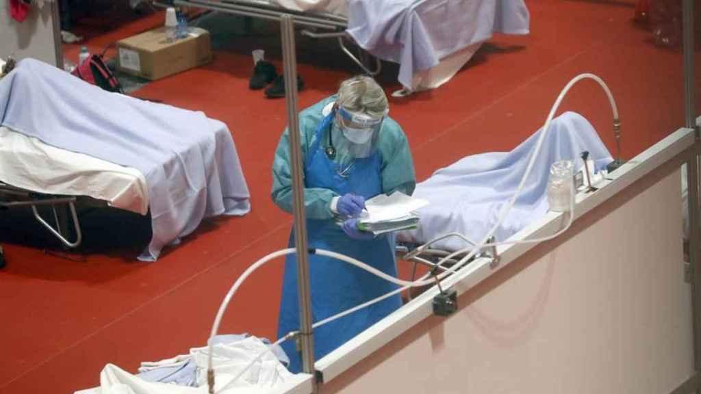 Personal sanitario en el pabellón 9 de Ifema.