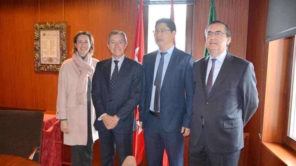 Chen, segundo por la izquierda, en una recepción con empresarios españoles.