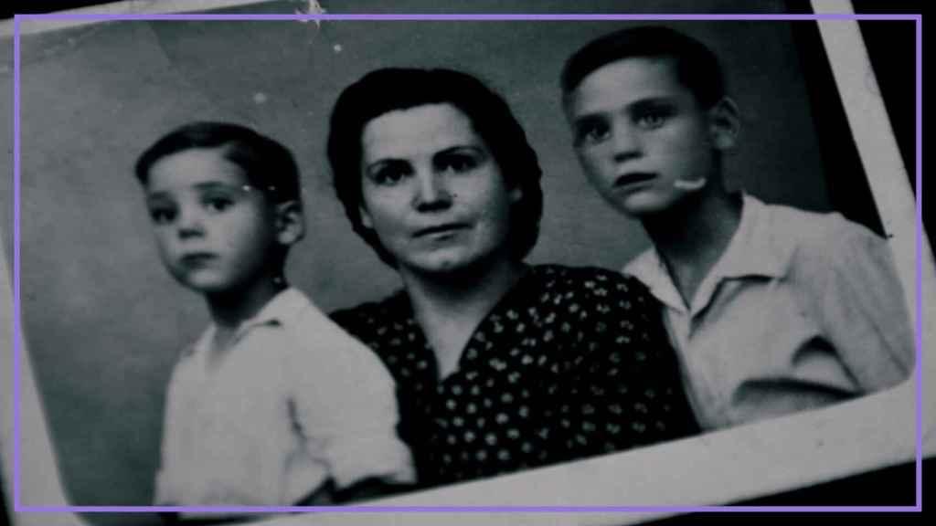Doña Ángeles, con sus dos hijos.