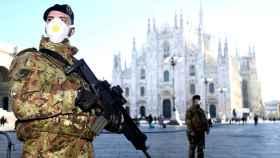 Militares con mascarilla frente al Duomo de Milán.