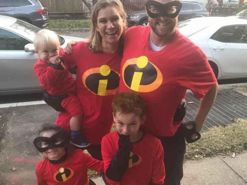 Maeve Kennedy junto a su marido y sus hijos en una fotografía de redes sociales.
