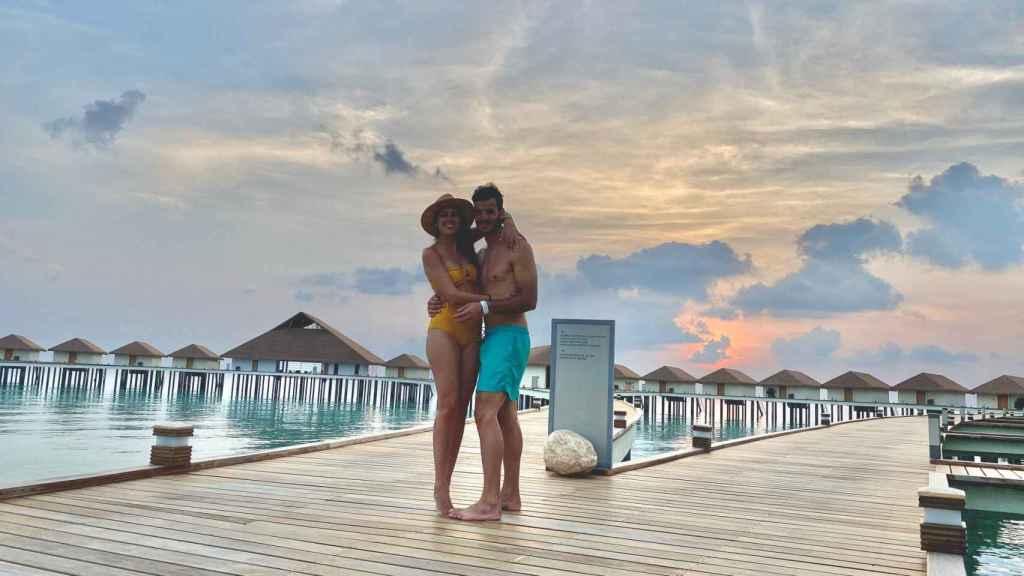 Olivia y Raul, solos en el resort de Maldivas.