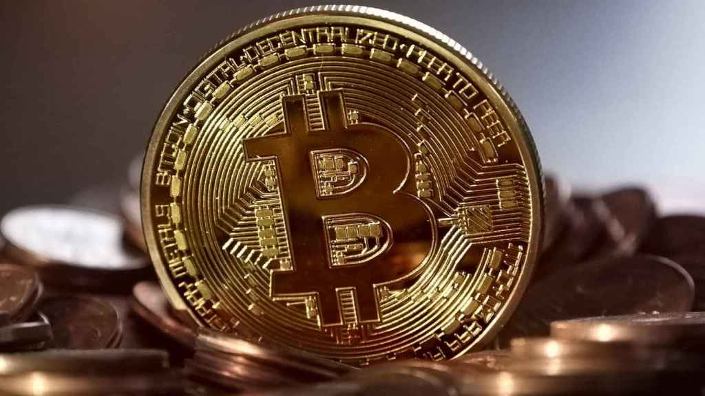 Moneda física representativa de un bitcoin.