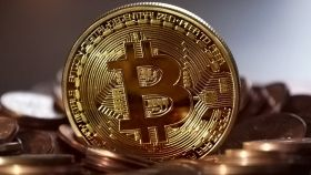 Una moneda física de bitcoin.