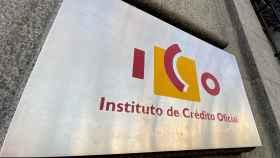 Placa con el logo del Instituto de Crédito Oficial (ICO) en su sede.