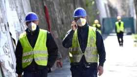 Imagen de trabajadores de la construcción equipados con EPI.