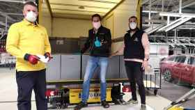 Trabajadores de Correos cargando respiradores de Seat.