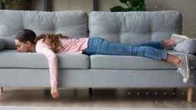 Una mujer tumbada en el sofá.