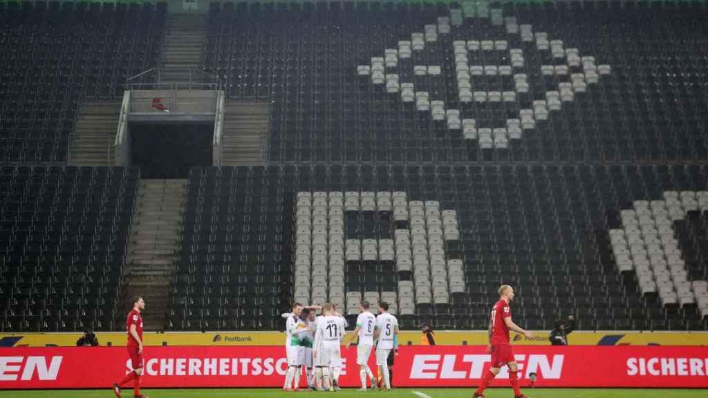 Los jugadores del Borussia Monchengladbach celebran un gol sin público