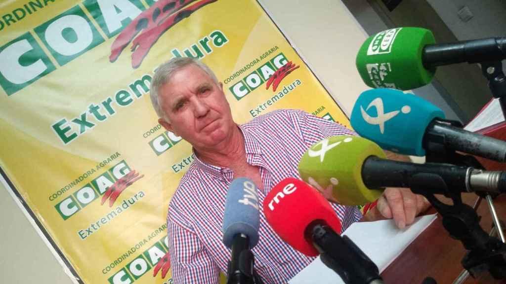 El coordinador de la organización agraria COAG en Extremadura, Juan Moreno, en una rueda de prensa.