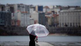 Una mujer este lunes en el paseo marítimo de A Coruña.