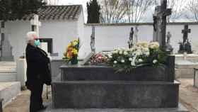 Una mujer visita la tumba en Aldea del Rey (Ciudad Real) este martes.