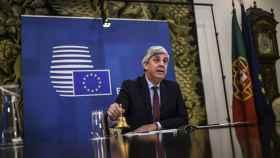 El presidente del Eurogrupo, Mário Centeno, hace sonar la campana durante la reunión virtual de este martes