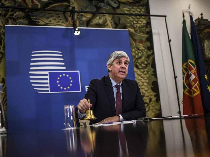 El presidente del Eurogrupo, Mário Centeno, hace sonar la campana durante una reunión virtual