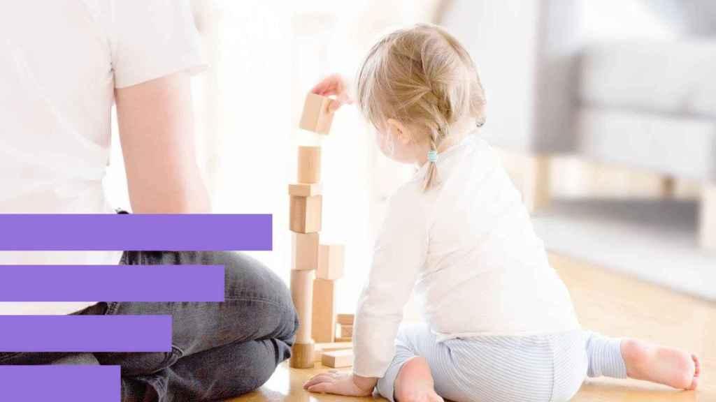 Una niña jugando en casa.