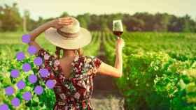 Una mujer con una copa de vino tinto.