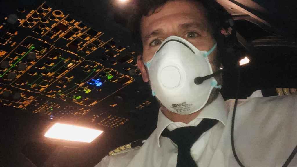 Juan Velarde, durante el vuelo a Miami