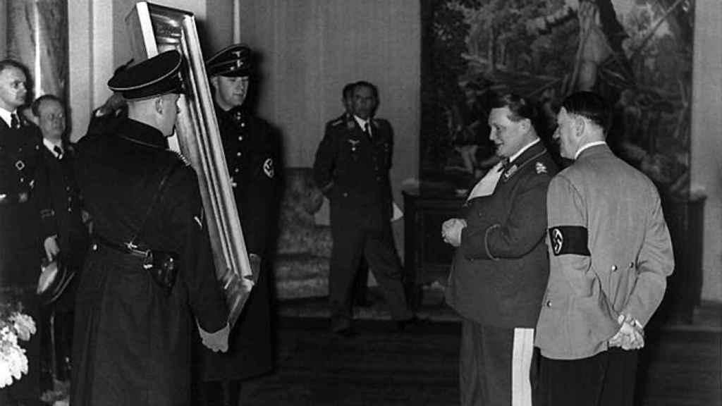 Hitler y Goering, los dos artífices del expolio, contemplando un cuadro.