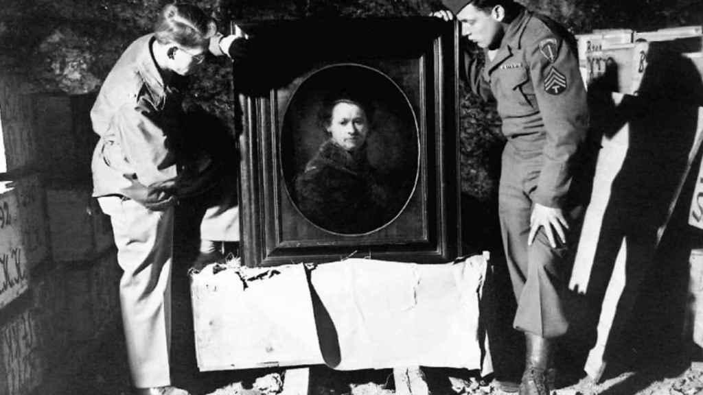 Soldados aliados con un cuadro de Rembrandt hallado en una mina.