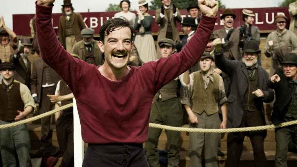 Kevin Guthrie, interpretando a Fergus Suter en 'Un juego de caballeros' de Netflix