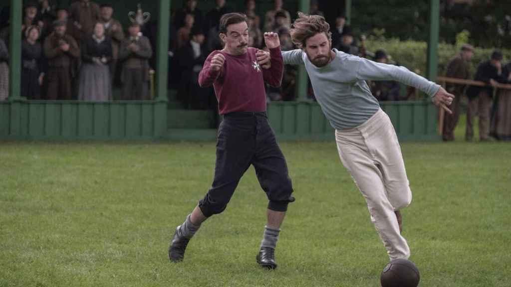 Edward Holcroft, caracterizado de Arthur Kinniard ante Fergus Suter en 'Un juego de caballeros' de Netflix