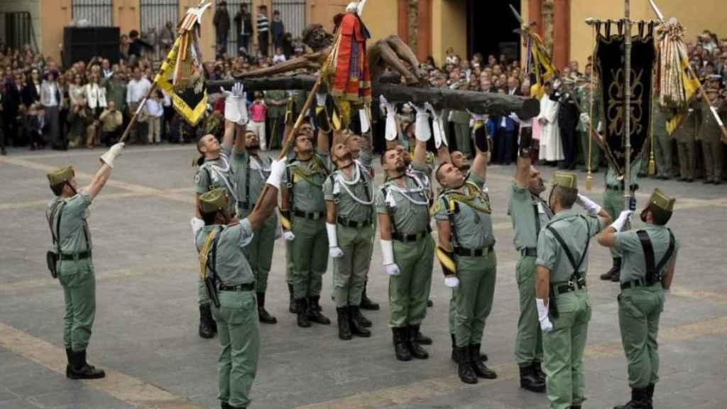 Legionarios portan al Cristo de Mena de Málaga en su traslado.