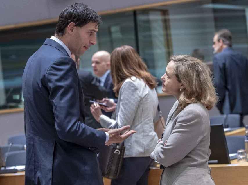 Nadia Calviño conversa con Wopke Hoekstra durante una reunión del Eurogrupo