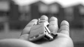 Imagen de archivo de entrega de unas llaves.