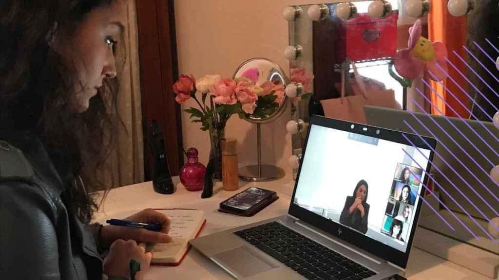 Una de las mujeres gitanas que ha realizado una videoconferencia con la reina Letizia.