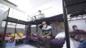 Trabajadores inmigrantes obligados a permanecer en cuarentena, en Singapur.