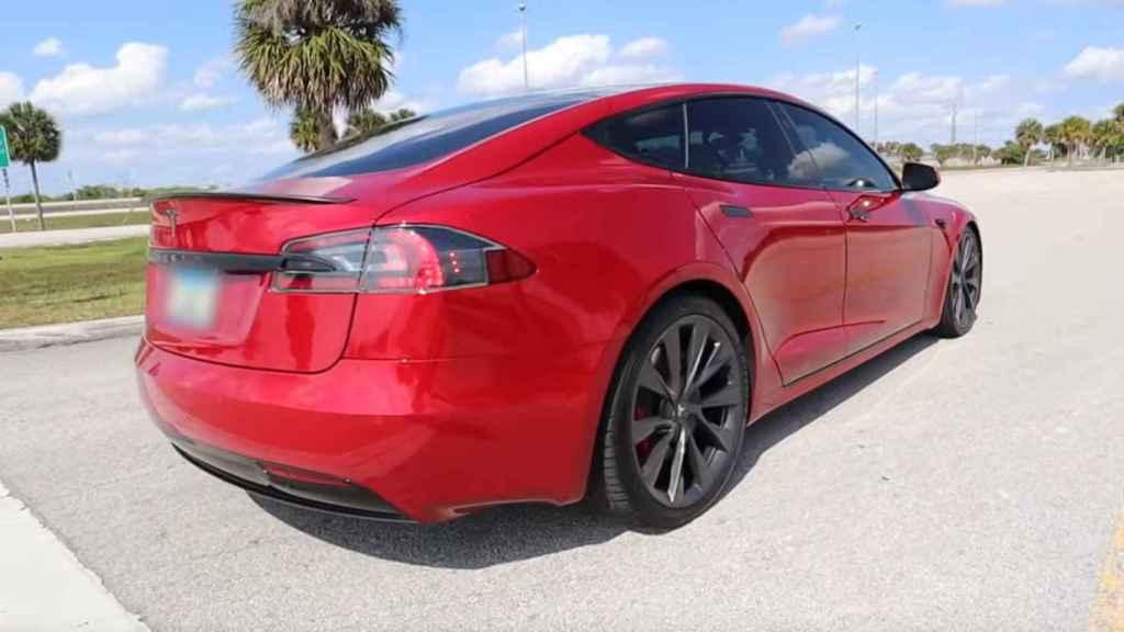 Tesla Model S con la suspensión delantera más baja