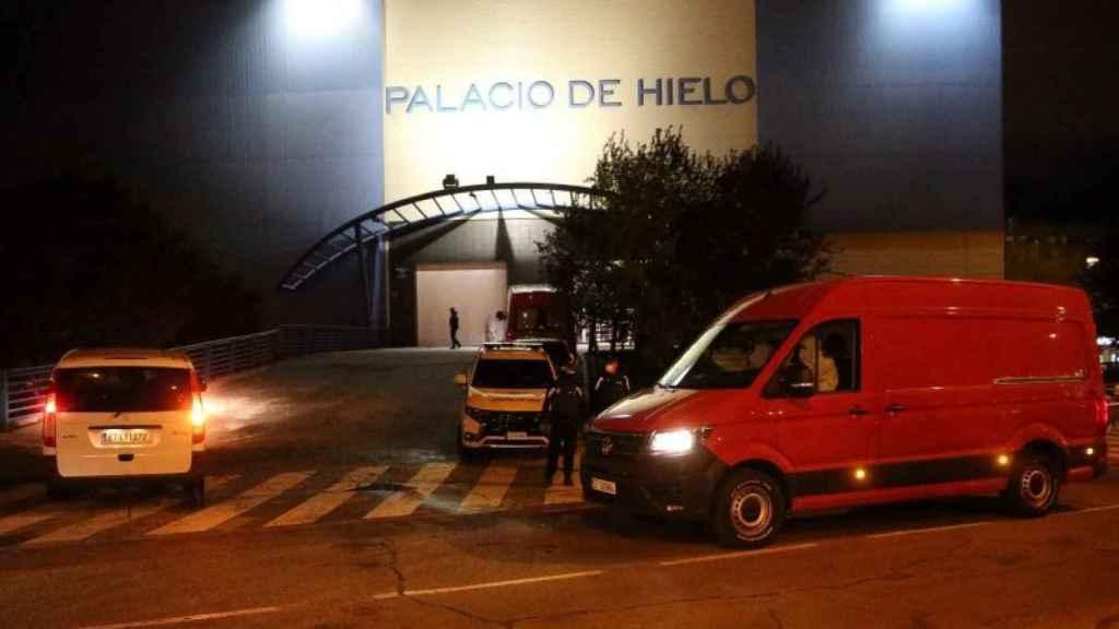 Una de las furgonetas que la UME utiliza para el traslado de cadáveres, frente al Palacio de Hielo de Madrid.
