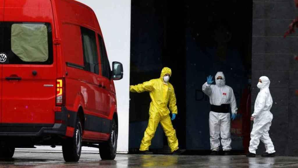 Una de las furgonetas usadas por la UME para el traslado de cadáveres, con los cristales tapados.