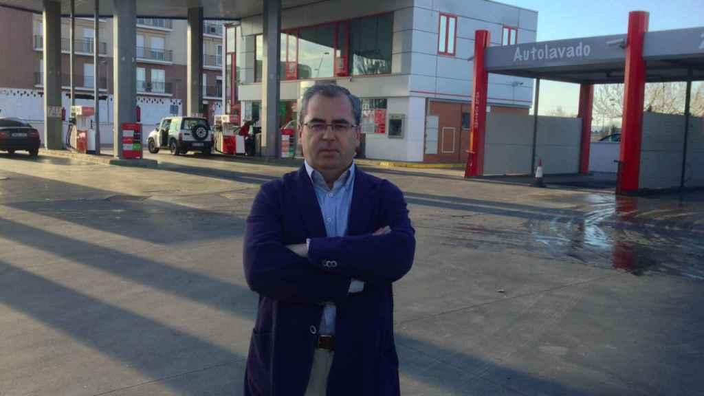 Fernando Mena, delante de su gasolinera en Villanueva de la Serena (Badajoz)