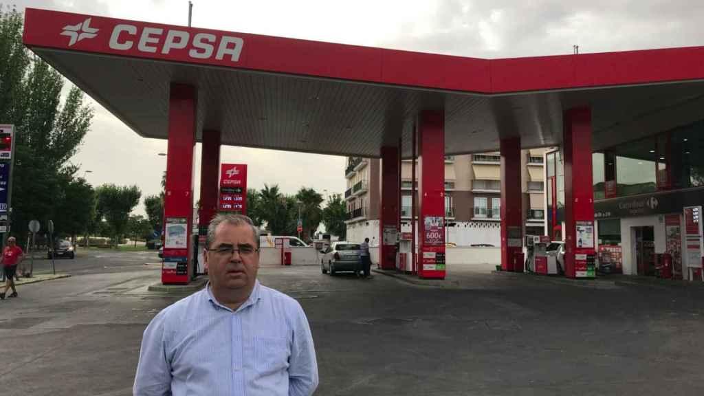 Fernando Mena, en su gasolinera de Villanueva de la Serena (Badajo).